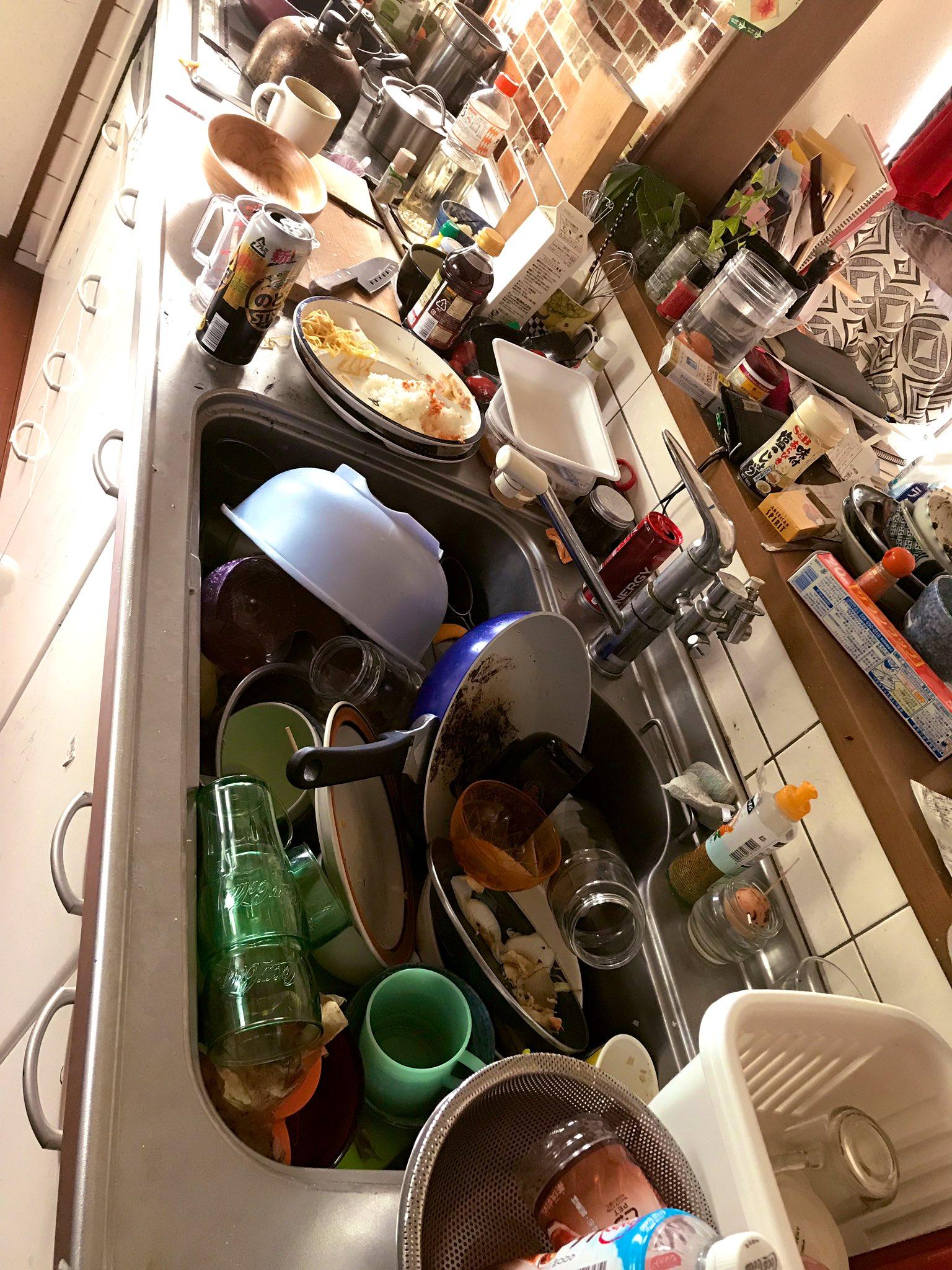 日曜から39度の熱と嘔吐で瀕死状態だった私。夫が子供達の相手をしてご飯も作ってくれたんですよ。「できることはしたからね」って夫ありがとう!と回復した火曜の朝。 10回くらい泥棒入ったんかい?ってくらい荒れたリビングとキッチンにゾッとしております…! 嘘やん…今からこれ片付けるの…?笑