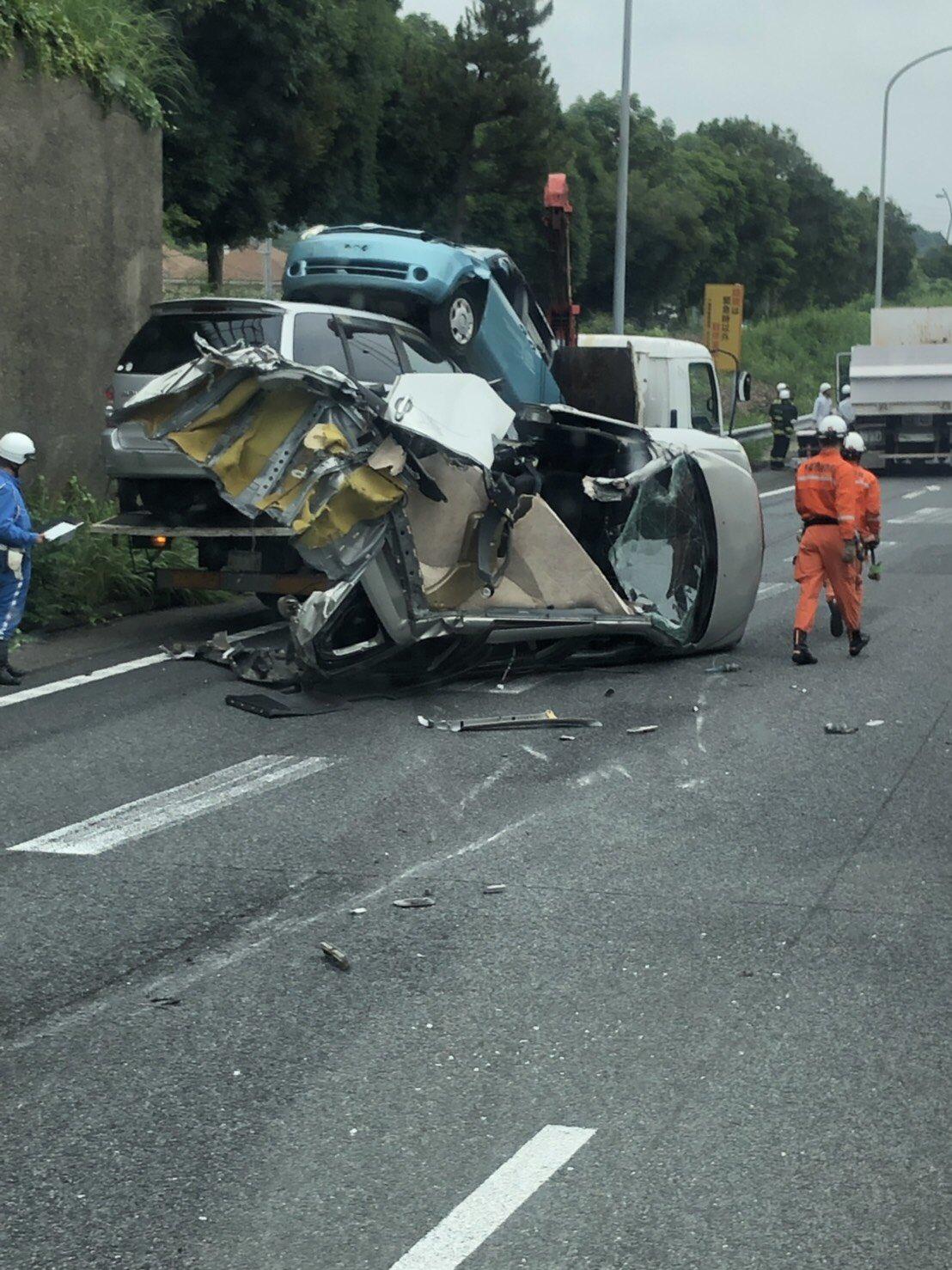 京葉道路の幕張PA付近の大破事故現場の画像