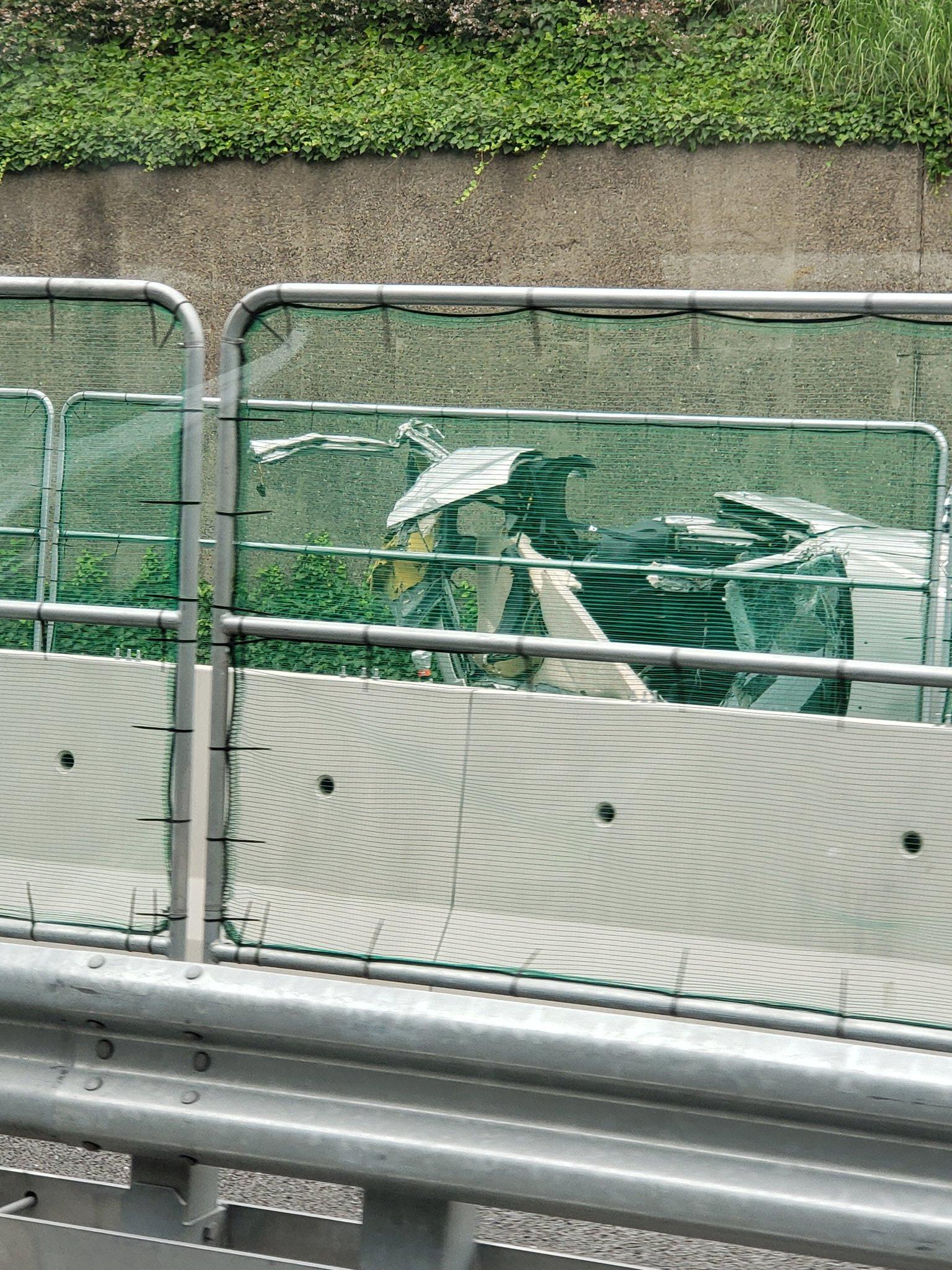 京葉道路下りで車が大破する事故現場の画像