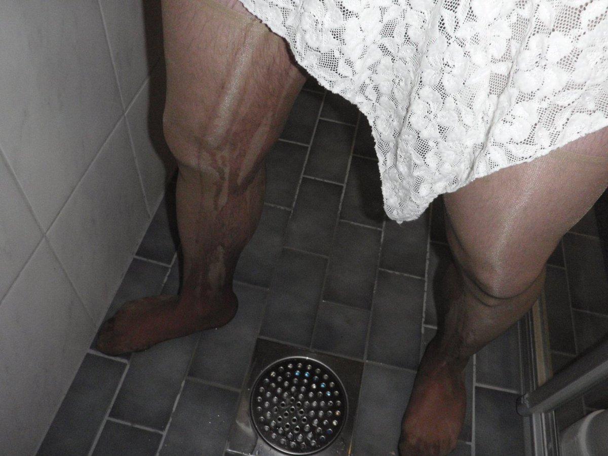 Must Pantyhose pee.