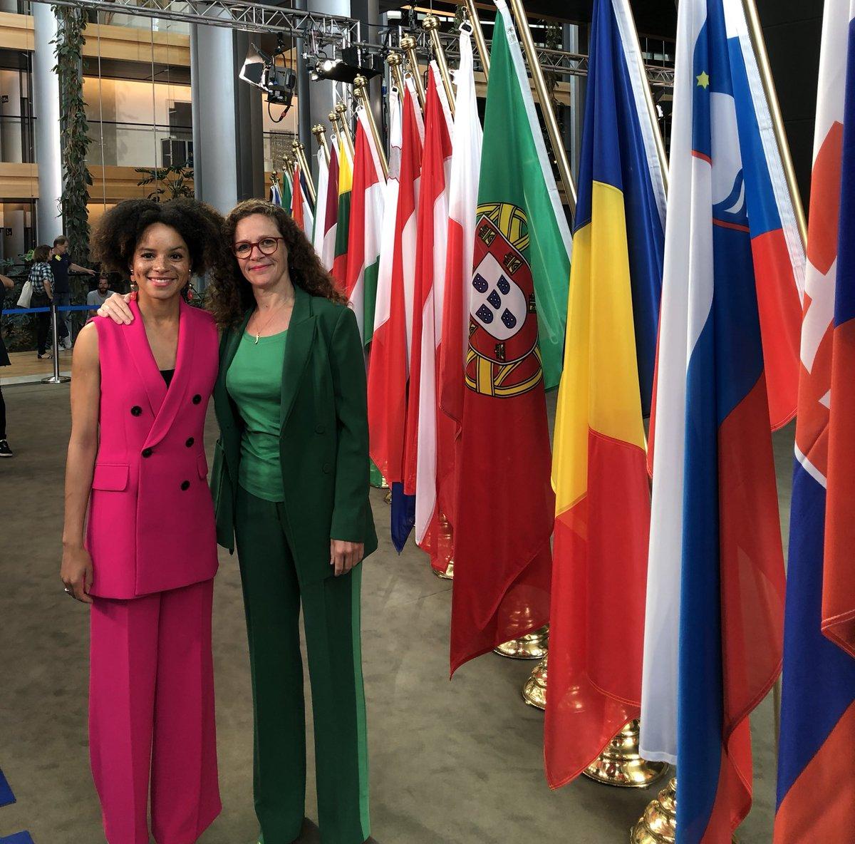 Ons nieuwe team voor Europa! 🇪🇺  Als vandaag de voorzittershamer valt, is de eerste vergadering van het nieuwe @EPinNL een feit!   Volg de komende jaren @samiraraf, @SophieintVeld en onze nieuwe fractie @RenewEurope 📲