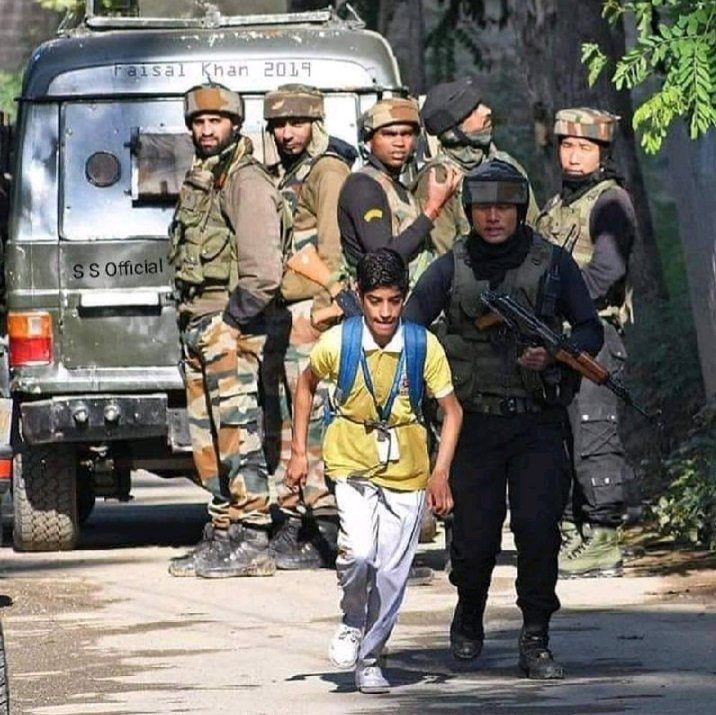 #JKP #SalutingTheRealHeroes  #ManInUniform in #Kashmir Escorting School boy2safety. Safety&Security of Awaam is always a PRIME Concern for our Jawaans #ArmedForces Proud Hai  #NationalSafetyMonth #TuesdayMotivation #JammuAndKashmirPolice #IndianArmy #crpf #JammuAndKashmir<br>http://pic.twitter.com/zKkx1t91fF