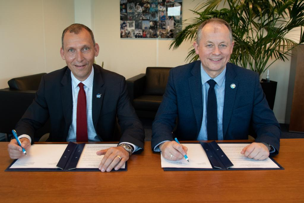 Assoc. Administrator for #NASAs Science Mission Directorate @Dr_ThomasZ signed a statement of intent with #ESA Director of Human & Robotic Exploration David Parker today on science benefits from our planned collaboration on #MarsSampleReturn. More at esa.int/Our_Activities…