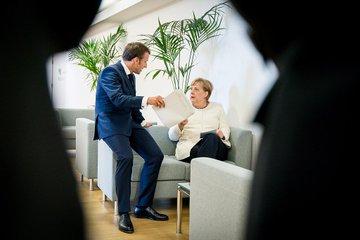 Kanzlerin Merkel spricht mit Frankreichs Präsident Macron vor dem EU-Sondergipfel in Brüssel.