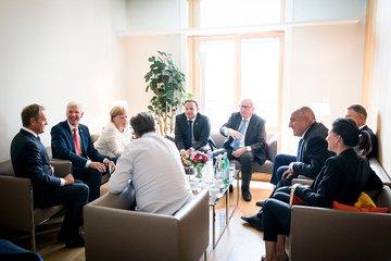 Kanzlerin Merkel spricht mit den Regierungschefs, die zur EVP ghören sowie mit Junker und Tusk.