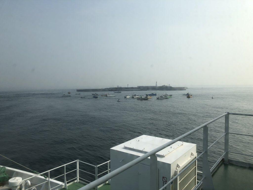 霧の東京湾へ戻ってきました。  第二海堡の周辺は、遊漁船がたくさん出ていました。  みんな、釣りが好きだね。  #uragachannel #tokyobay #voyage #fishingboat #officer #sailor #seamenslife #roroship #rorovessel #carcarriervessel #lifeonship #浦賀水道航路 #東京湾 #航行中 #遊漁船 – at 富津岬