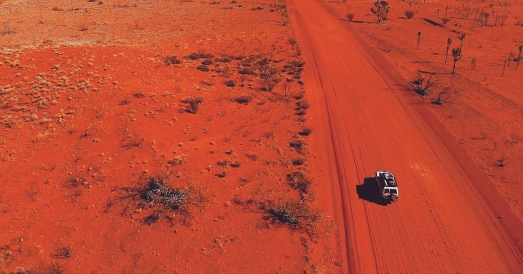 Now that's the Golden Outback. Not another car in sight, just you and the wide-open red dirt roads. Who else feels most at peace when you're out there exploring? Pic: IG/the_troopy_way https://t.co/qKuf0VmnvU