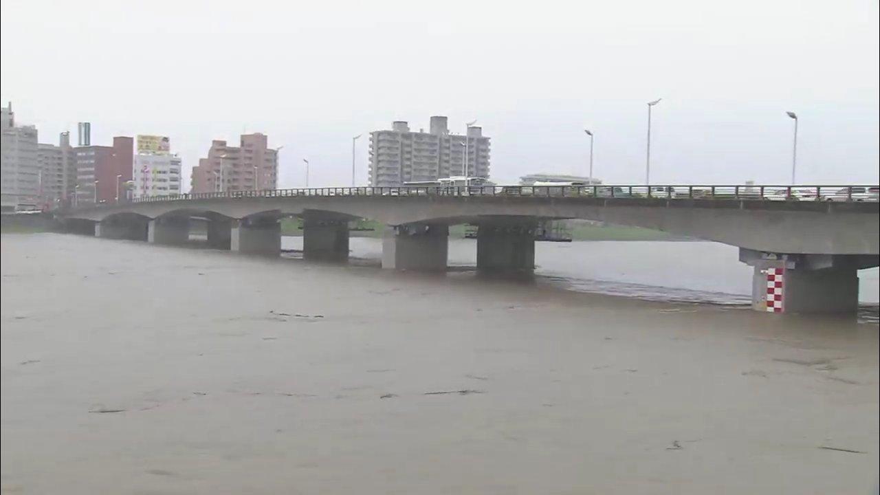 画像,MRT報道、宮崎市橘橋付近の大淀川。やはり水位が高い。 https://t.co/OKZReDQRM1。