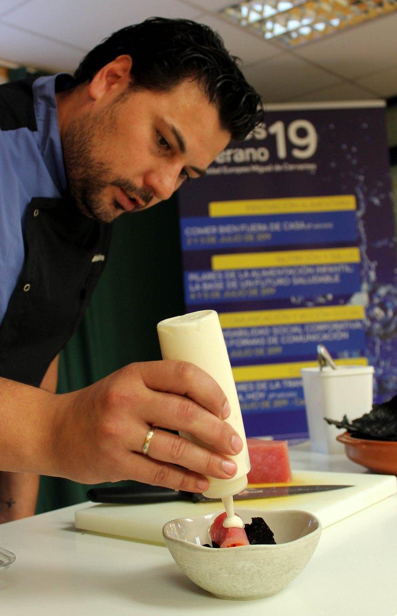 Rubén Gómez, jefe de cocina del Rte. Cervantes nos ha acercado la tapa campeona del mundo #TapasVLL2018 Crujiente de arroz con rollitos de atún y verduras en escabeche dentro del #CursodeVeranoUEMC Comer bien fuera de casa, patrocinado por @CocaCola_es @Martini_Global @Apehva