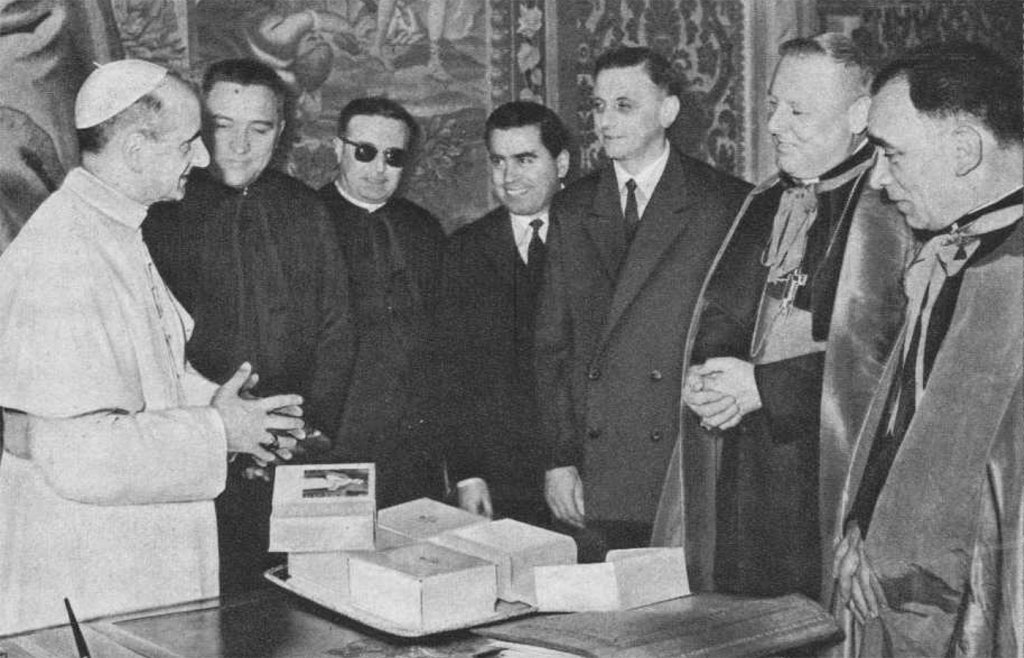 Vatican – #PaulVI with the #Salesians who worked in the #VaticanPress  https://t.co/EbakqQztOB https://t.co/r9ynQPdYfh