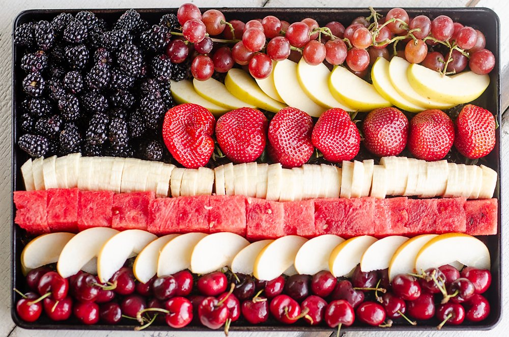 ❤💙❤  #patriotic flag #Fruit Platters for #FourthofJuly @TheCreativeBite has especially delicious way to #HaveaPlant with @Fruits_Veggies SO many #fruits 🍇🍉🍌🍎🍓 + more! What way to celebrate @TeamFNV CREDIT: http://www.thecreativebite.com/patriotic-flag-fruit-platter/…