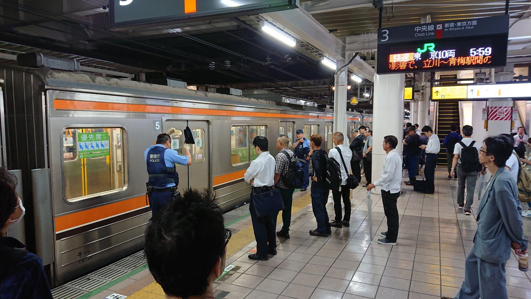立川駅の人身事故で警察が現場検証している現場の画像