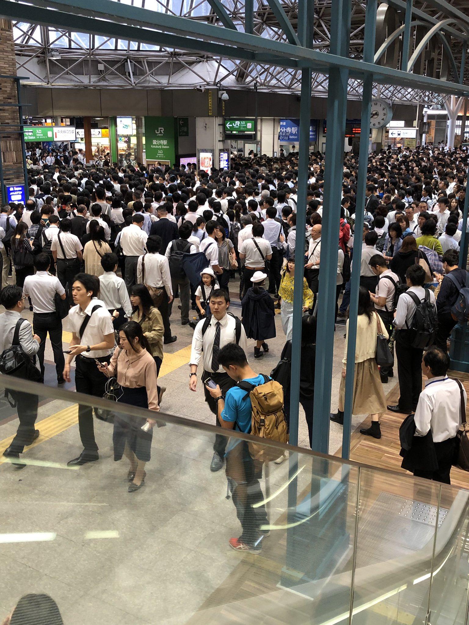 立川駅の人身事故で国分寺駅が大混雑している画像