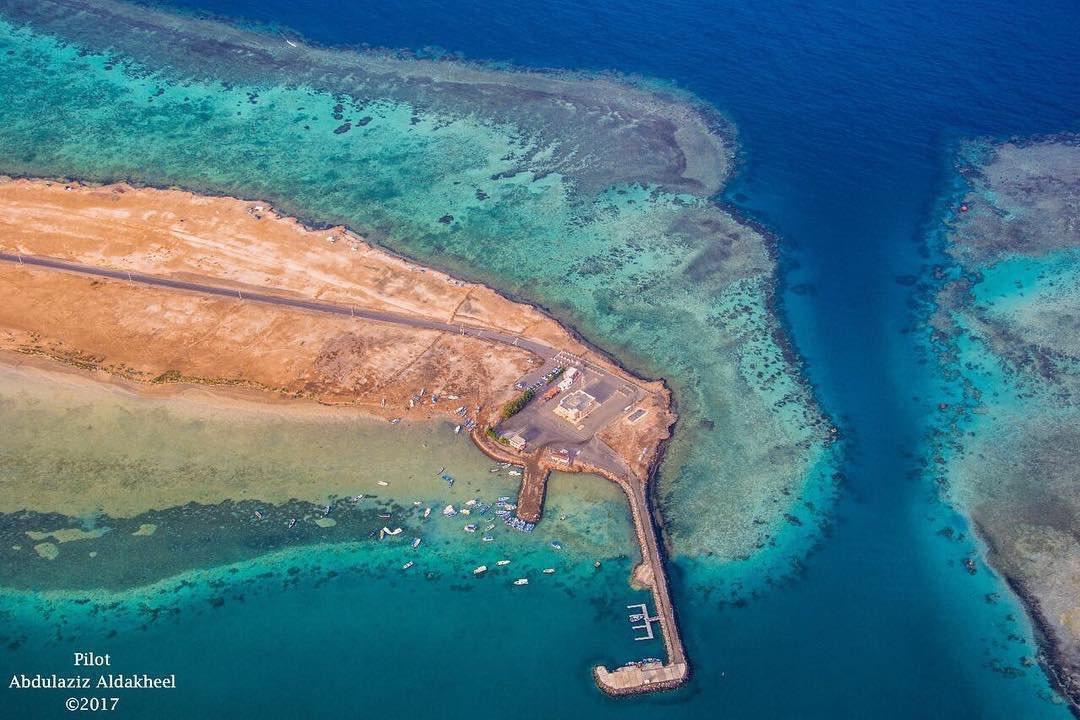 صوت المدينة Twitterren يقع شاطئ الرأس الأبيض على ساحل البحر الاحمر غرب محافظة بدر ويعد من افضل شواطئ البحر الاحمر
