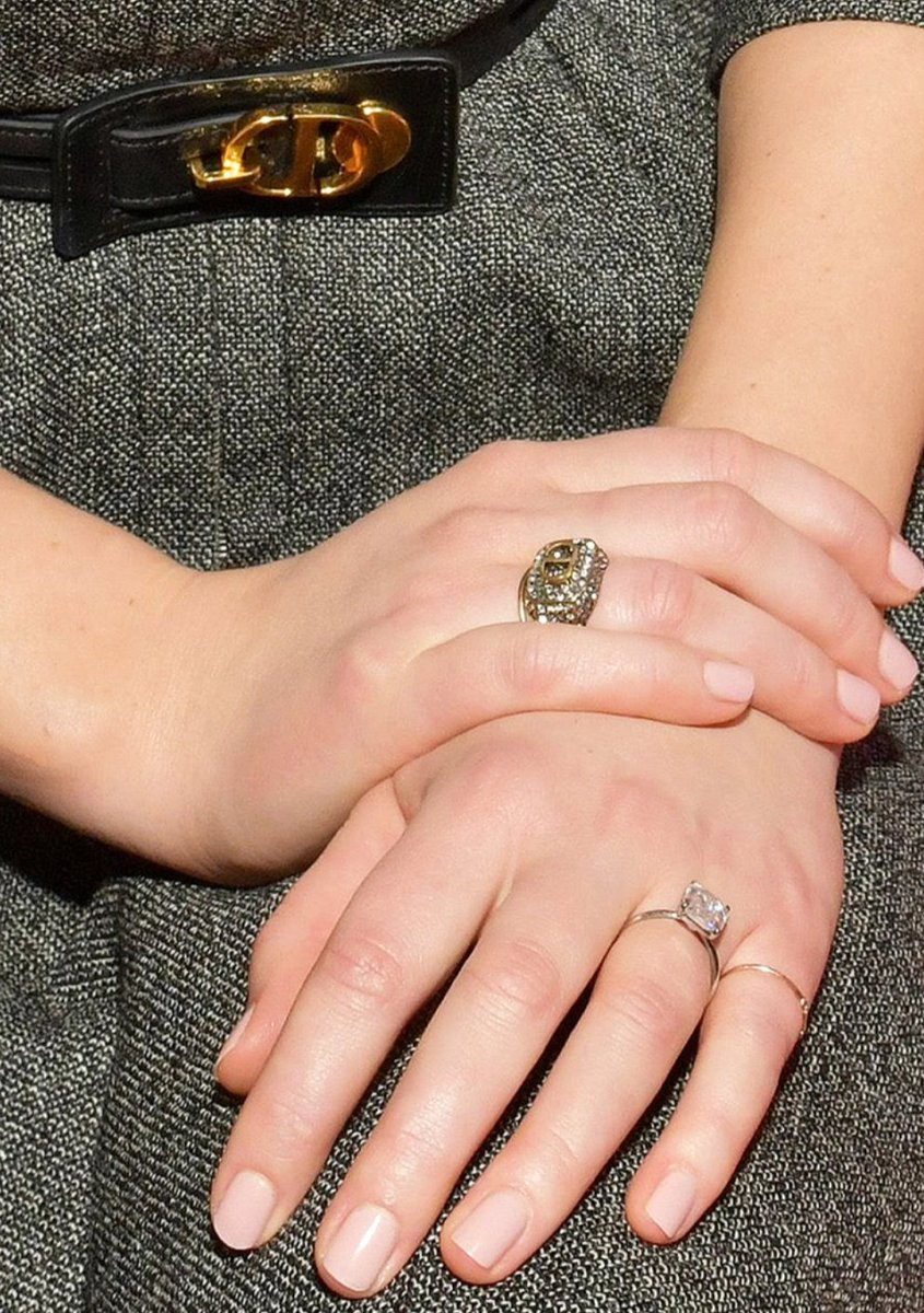 This is the closest prettiest shot of Jennifer Lawrence's engagement ring which is so beautiful just like she is good job Cooke Maroney https://t.co/6xeEwdaPOY