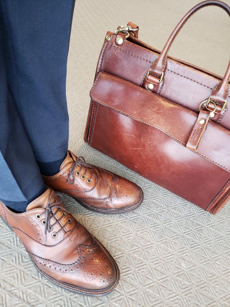 ノーブランドの靴を履いています。ちょっとピンぼけしちゃいました。。。 ・ #nobrand #herz #reso #あしもとくらぶ #あしもと倶楽部 #革靴好きと繋がりたい #足元倶楽部 #靴磨き #革靴 #一生モノ #一生モノコレクター