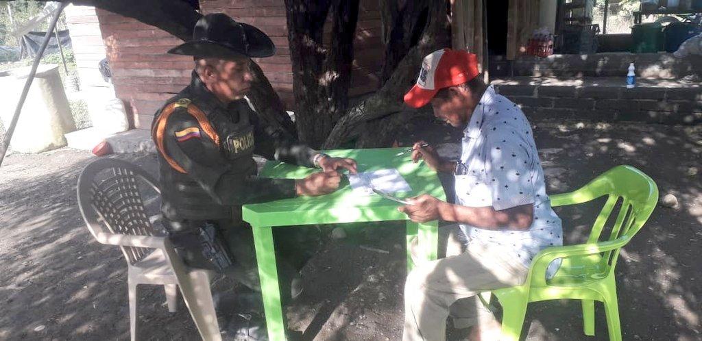 Realizamos acompañamiento con asesoría técnica agropecuaria por parte del grupo @CarabinerosCol a los pobladores del cgto. Los Garzones sector parcelas Santropel. #SISER #PolicíaParaLaGente