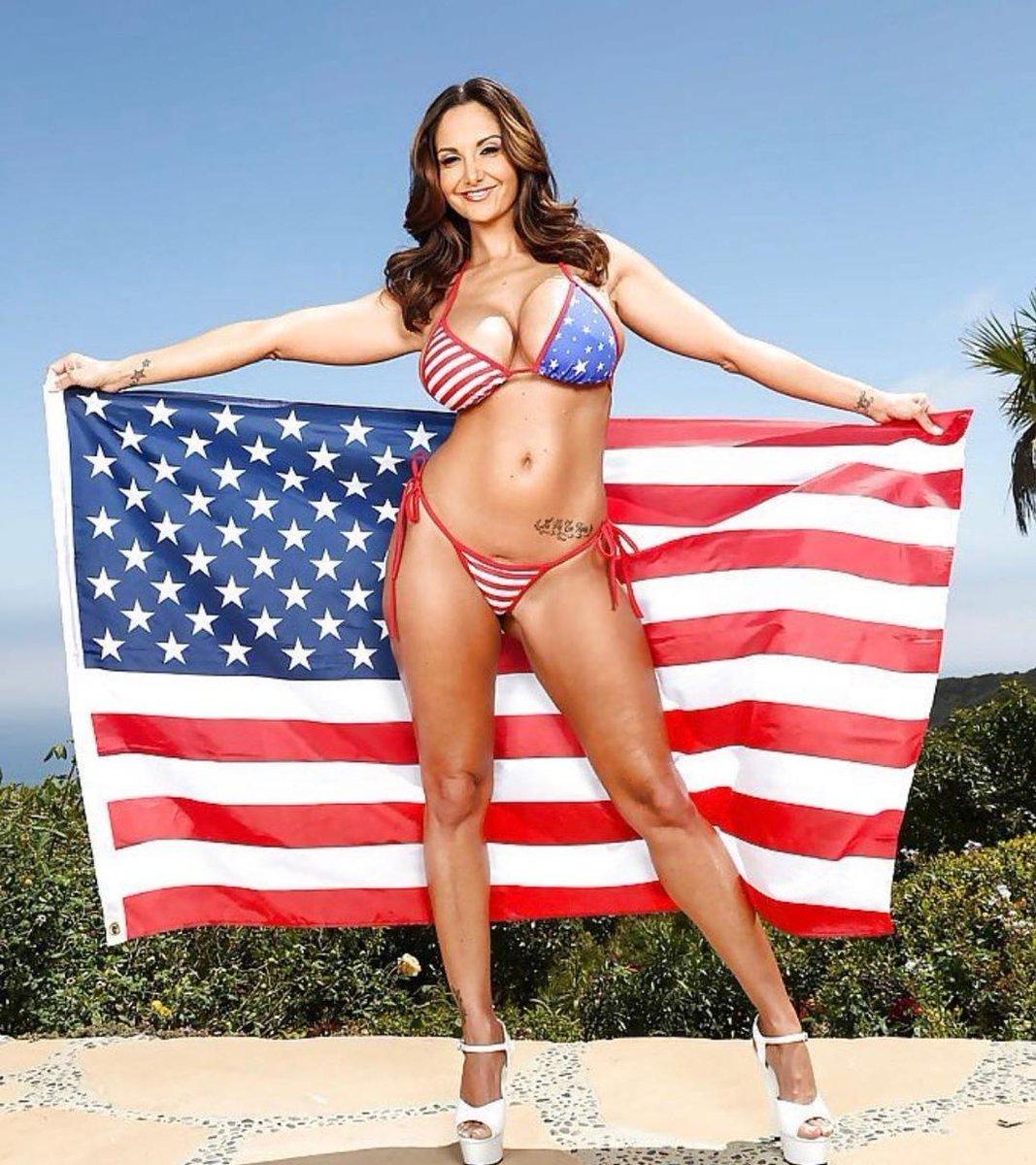 babu-v-bikini-amerikanskiy-flag-ebut-shikarniy-trans-s-ogromnim-huem