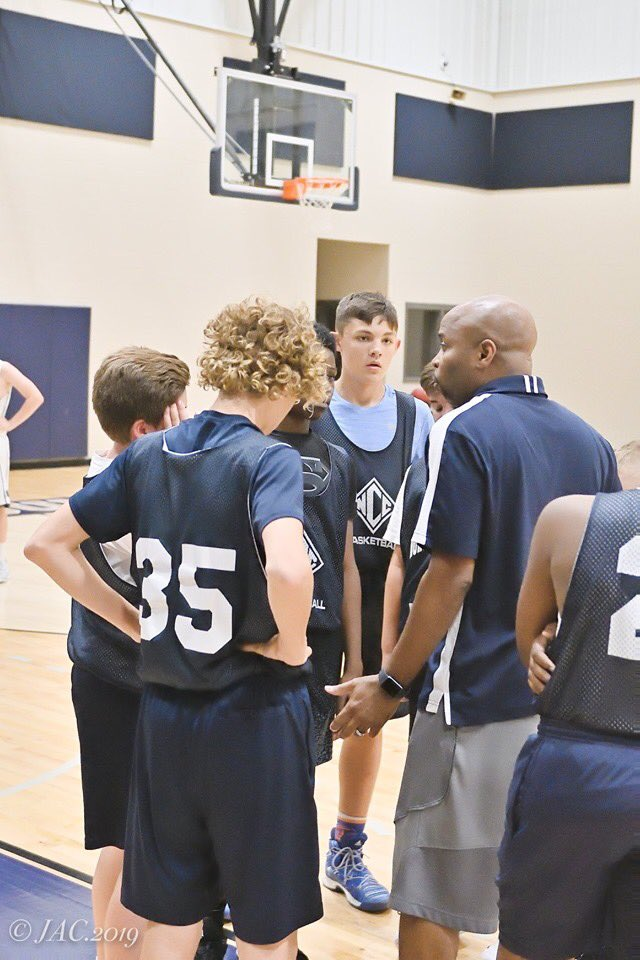 Some middle school photos from last weeks game up in White County.. coach Wallace leading the huddle...5th grader Grant Robich goin hard to hoop, 7th grader Turner Davis driving for 2, and 8th Grader Holden Cardon knocking down late 3 to tie game.  📸 @mygirlpurl https://t.co/GzfQw23CIQ