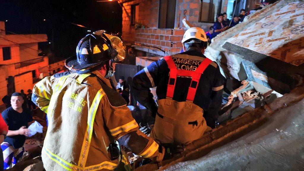 #Actualización Dos personas fallecidas, dos lesionadas y una atrapada reporta @DAGRDMedellin tras colapso estructural en barrio Santander https://bit.ly/2XpxSgl