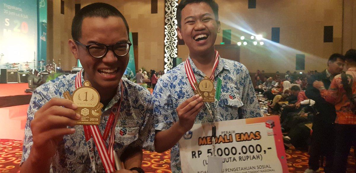 Ekspresi kegembiraan peraih medali emas OSN 2019 jenjang SMP