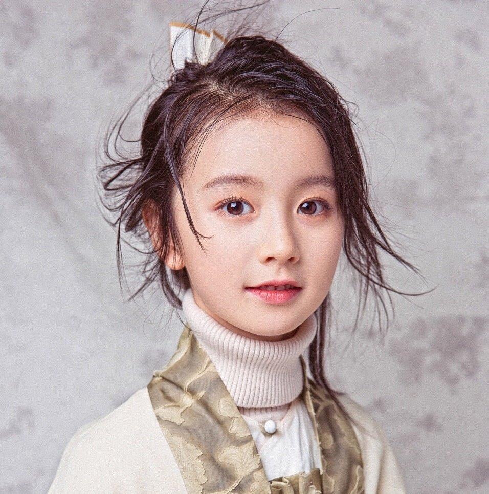 中国で最も美しい子役の一人だと言われているジャーシン(裴佳欣)ちゃん 2009年10月生まれの9歳。子役・モデルとして活躍していて、その美貌からWeiboのフォロワーは150万人。 9歳で大人顔負けの美貌…