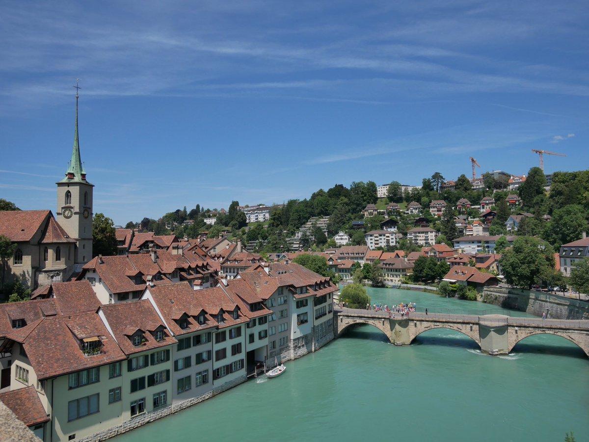 Première impression : il y a très peu de voitures dans le centre historique de Berne. C'est calme et on s'y promène facilement. La ville est ceinturée par l'Aar, une rivière qui ajoute à la ville un côté nature particulièrement agréable. #ilovebern