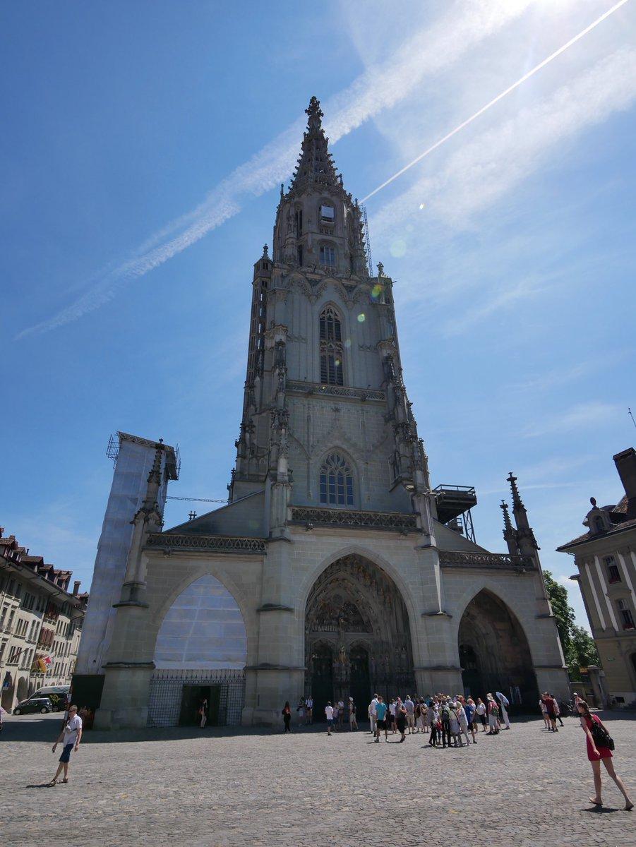 Pour le côté patrimoine, la collégiale de Berne au style gothique est un incontournable. C'est le plus haut clocher de Suisse🇨🇭 ! #ilovebern