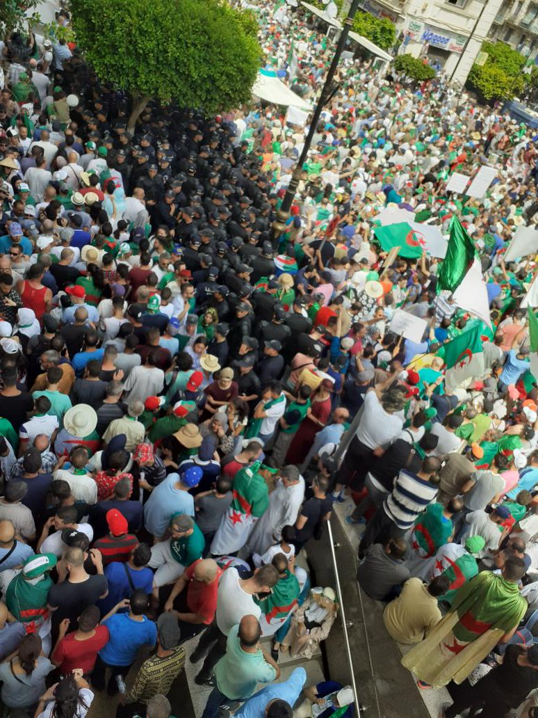 Hi. Hello. How are you peeps. I am leaving the protests in a few. I am not a fan a sensationalism but I can safely say that there was a flood of people. The crowdest Friday I have ever been to in Algiers #5Juillet1962 #algeriaprotests<br>http://pic.twitter.com/aQ7e1bXVgq