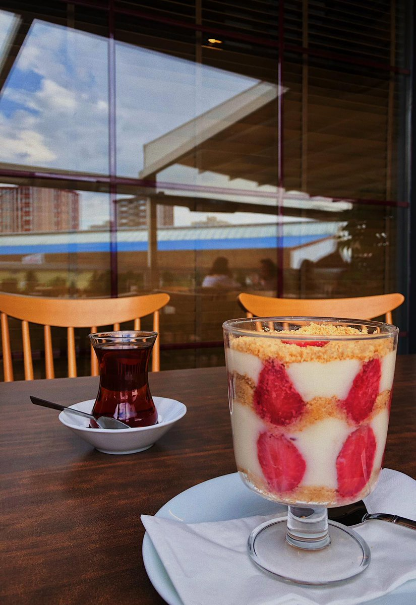 Taptaze ev yapımı çilekli magnolialarımızı denediniz mi? 😋 #hommade #evyapımı #magnolia #berinscafe #ankara #kafe #bestcafeintown