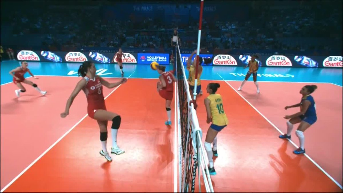 We won't tell you how #20 Bia kept this ball alive… Just a hint: it was a very Brazilian way to do it! 😉Watch Turkey 🇹🇷 v Brazil 🇧🇷 here: https://go.volleyball.world/TV #BePartOfTheGame #volleyball #VNL #VNLWomen @TVForgtr @volei @AnaBeCorrea