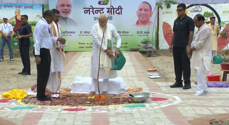 The #PlantationDrive was launched in #AnandKanan forest on #PanchKosiMarg where #LordShiva was believed to have stayed with #Parvati for some time. A total of 27 lakh saplings & #trees were being planted with help of #farmers & residents to increase the green cover in #Varanasi. https://t.co/4iXfRR7cxl