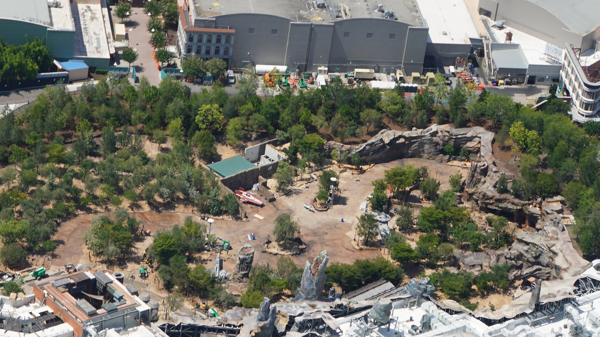 Aerial comparison of the biggest difference between Star Wars Galaxy's Edge in Disney's Hollywood Studios and in Disneyland. The forested Rise of the Resistance spaces. <br>http://pic.twitter.com/KINFTM5gwy