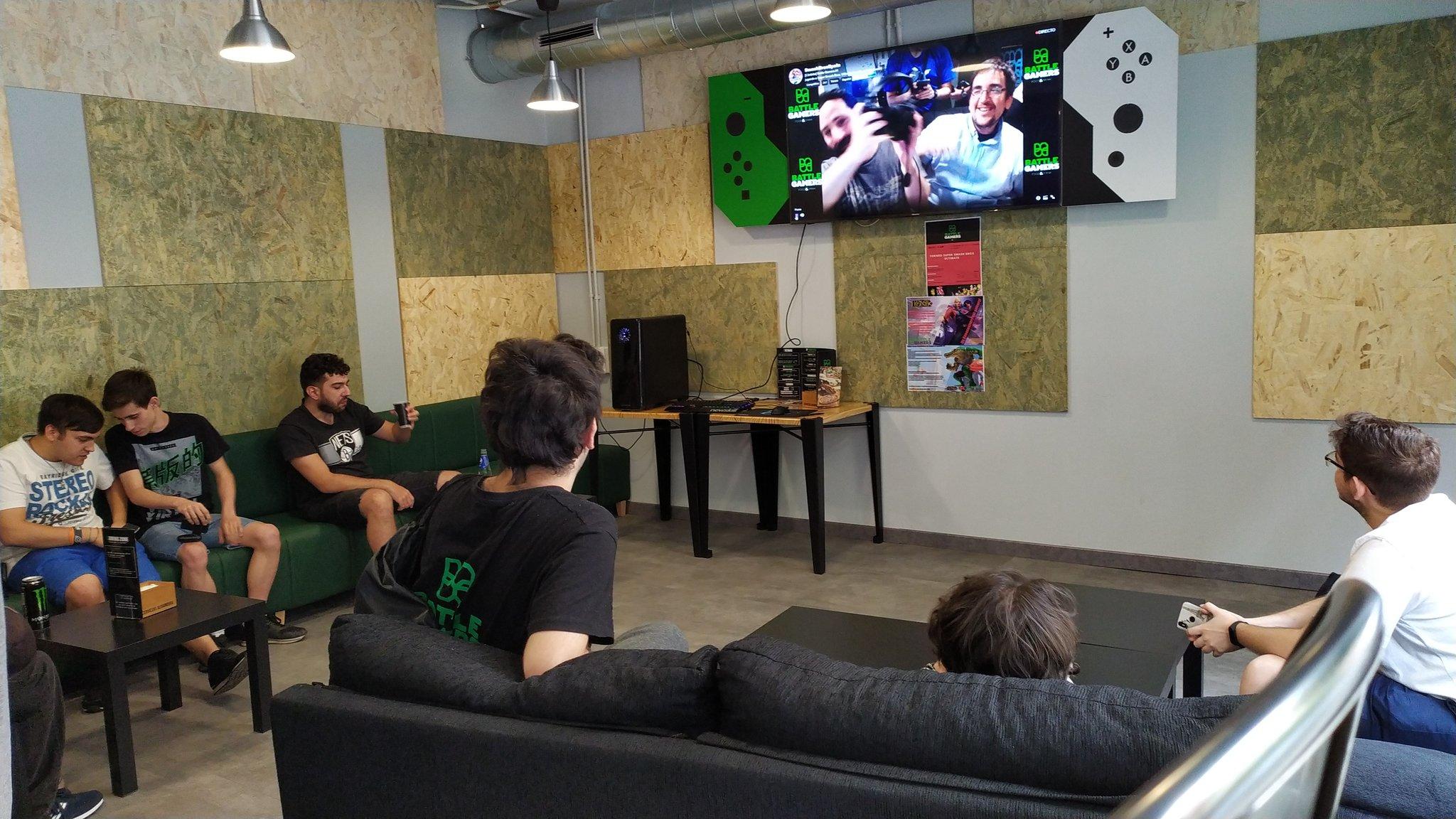 Varios espectadores viendo cómodamente una de las partidas, narrada por Easmo y MaeseKratos