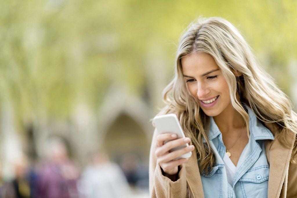 Открытка день, картинки девушка с телефоном