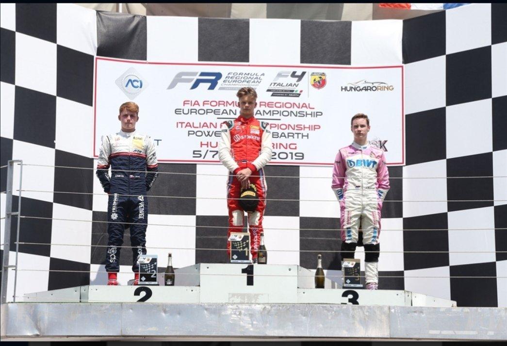 El piloto paraguayo Joshua Duerksen, subió al tercer escalón del podio en la categoría Rookie, en la primera carrera de la tercer ronda del Campeonato Italiano de Formula 4, que en esta ocasión de desarrolla en circuito húngaro, en la ciudad de Budapest. #VamosParaguay