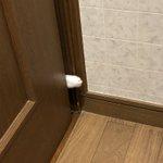 夜中トイレに行くと引き戸から白い手がスーと入ってくるんです