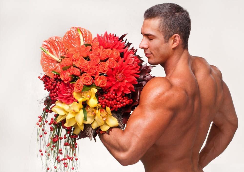Парни с цветами открытки