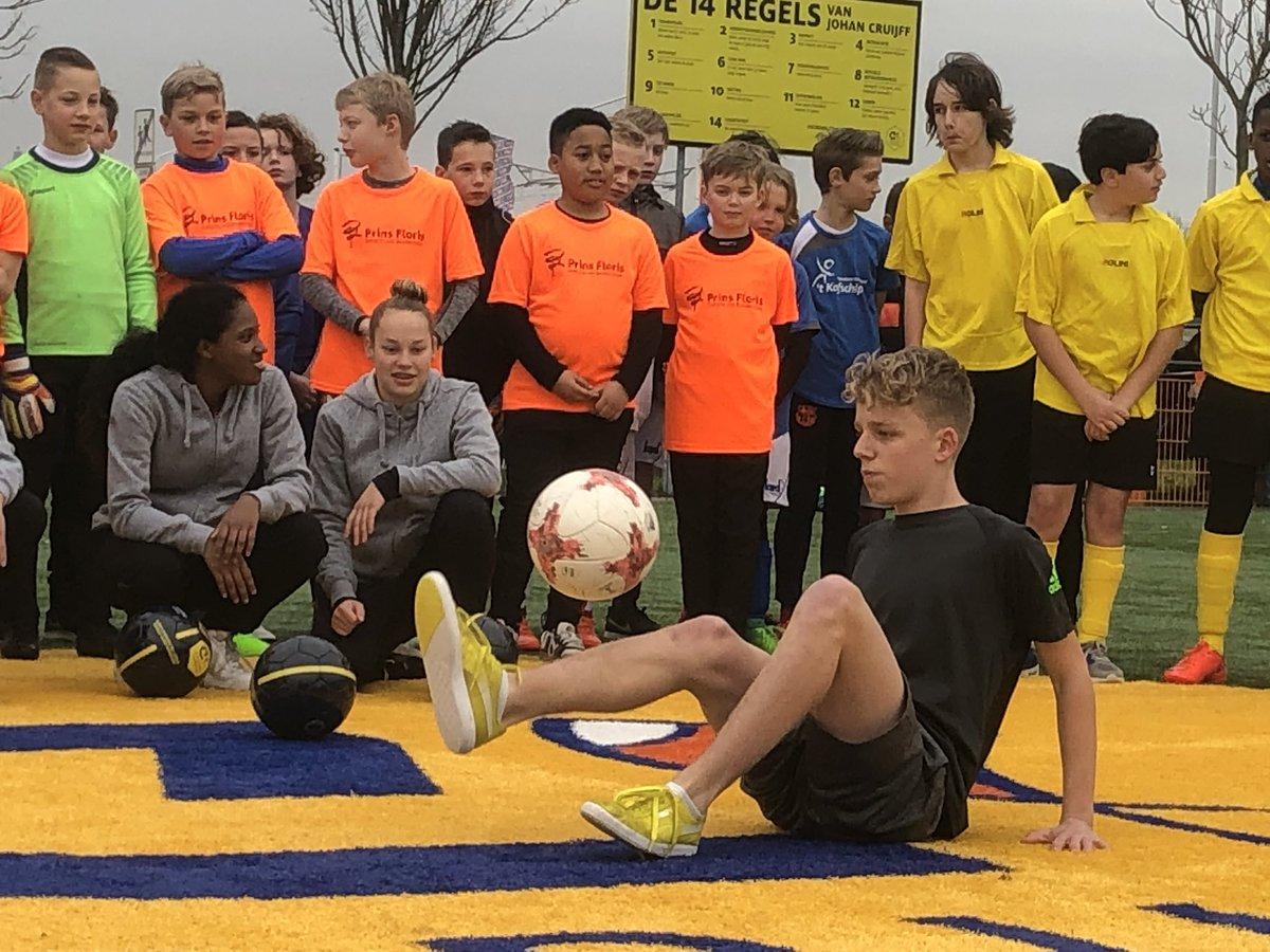 Weer een #cruyffcourt waar ook de komende generatie op kan spelen en sporten! Samen met de @PapendrechtGem is het Cruyff Court gerenoveerd en feestelijk heropend! #cruyfflegacy #6vs6 #respect #CreatingSpace
