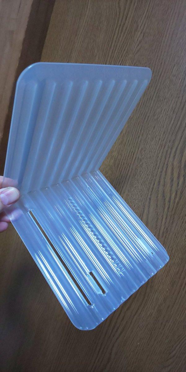 test ツイッターメディア - #セリア の冷蔵庫内用の仕切り板。 2つで連結も可能。 下面中央のギザギザで幅調整にも対応。 衣類の湿気で錆びる金属性でもないので、安心して引き出し内でも使用中。 着物や帯の整理にも活かせるかも? 衣装持ちさんにはお薦め~。 https://t.co/VvQrHvkxXQ
