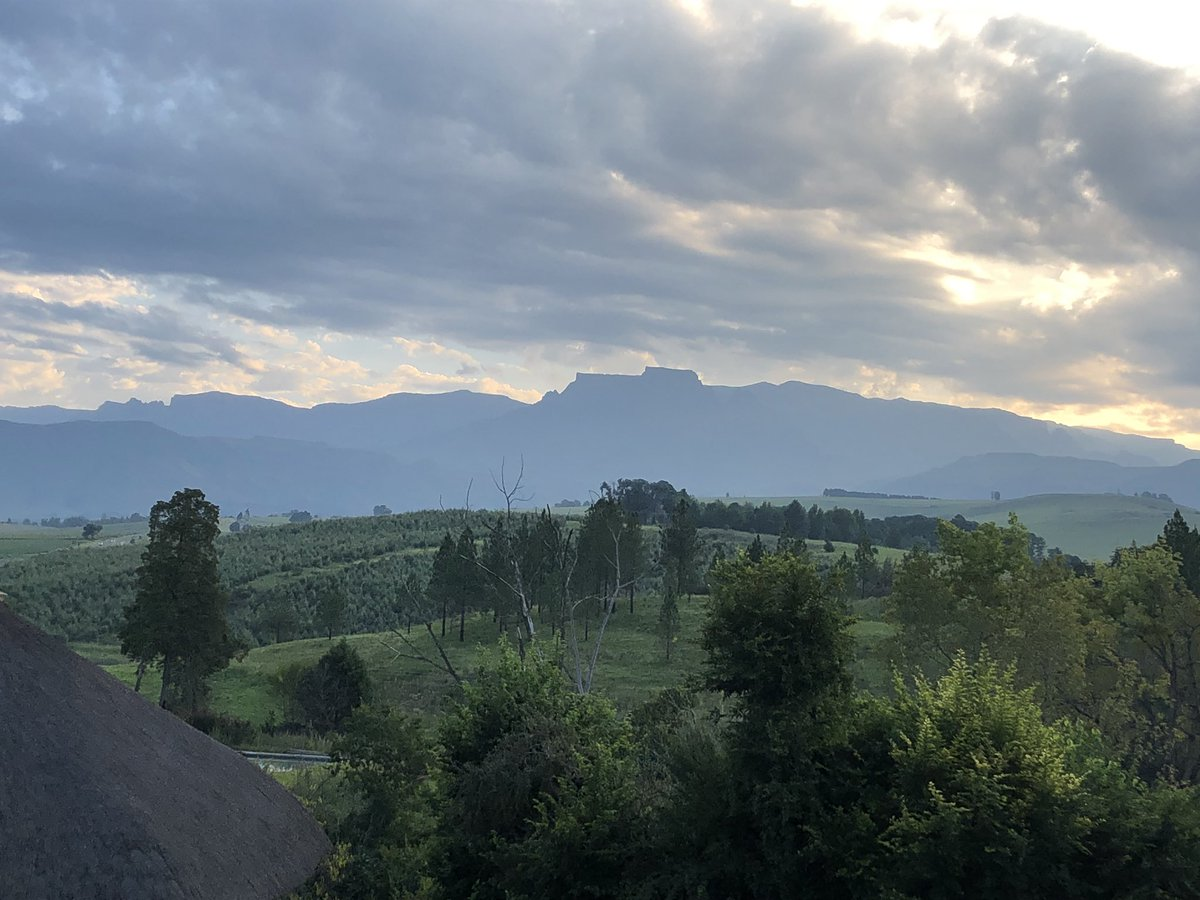 Could be tapping away writing #blogs but instead... Having some timeout with this delightful view. Think I'll turn my phone off now  #fantasticview #MondayVibes #MondayMood #Drakensberg #KwaZuluNatalpic.twitter.com/2WS9AfzbAy
