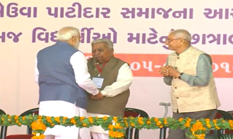 PM Modi touches feet of Keshubhai on public stage