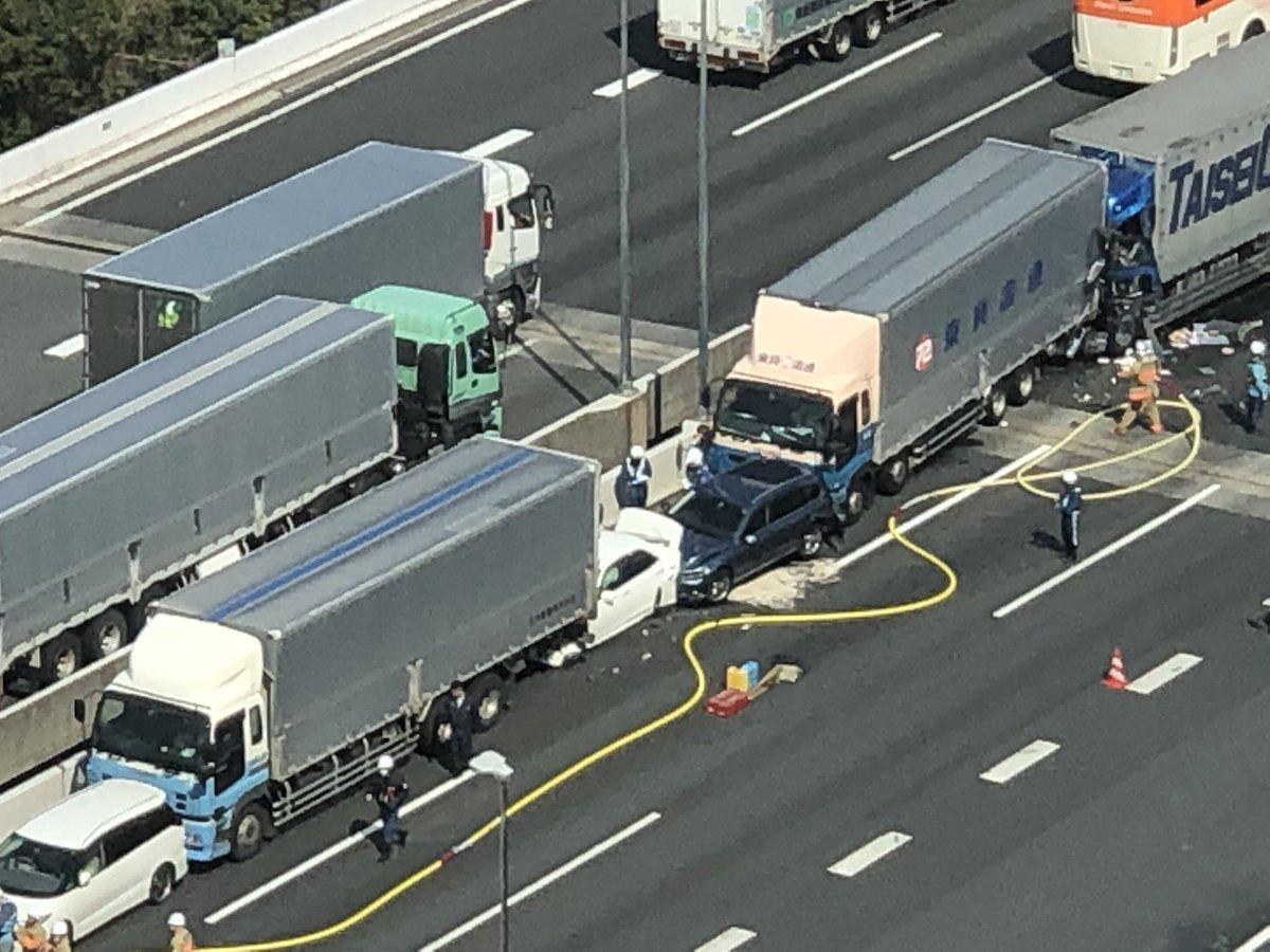 首都高湾岸線でトラックや乗用車の多重事故現場の画像