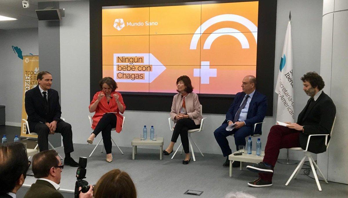 Mariano Sigman modera la primera mesa de la presentación de #NingúnBebéConChagas, formada por Pedro Albajar (@opsoms), @RGrynspan (@SEGIBdigital), @fjmartosm (@unicef_es) y la Doctora Silvia Gold.