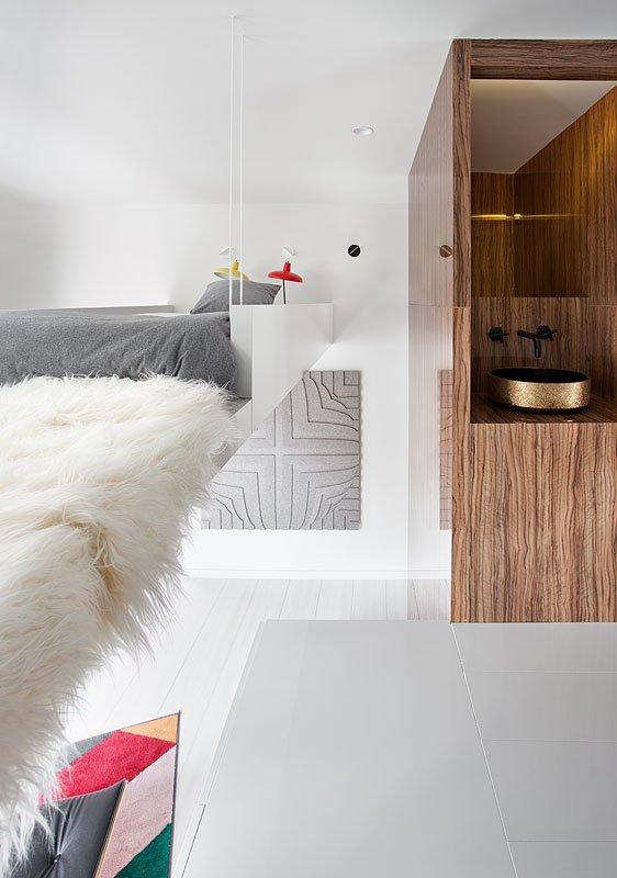 Cada detalle está estudiado en este espacio de 28 m2. En el baño encontramos los lavabos bicolor con oro texturizado exterior y acabado interior en negro mate de @BDELUX_metallic. En la cocina, los electrodomésticos de @MieleEspana. #CasaDecor2019 https://casadecor.es/decoracion/lofts/loft-alvic-smart-home-espacio-grupo-alvic/#foto-4…