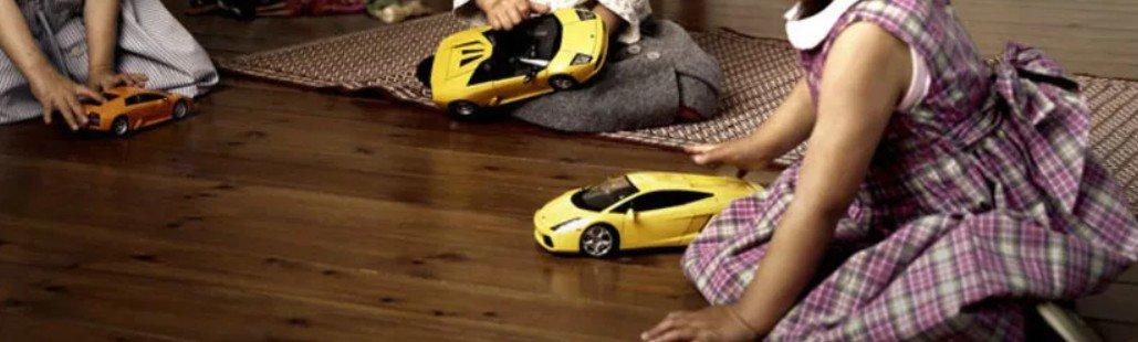 Мальчики играют в куклы, девочки в машинки