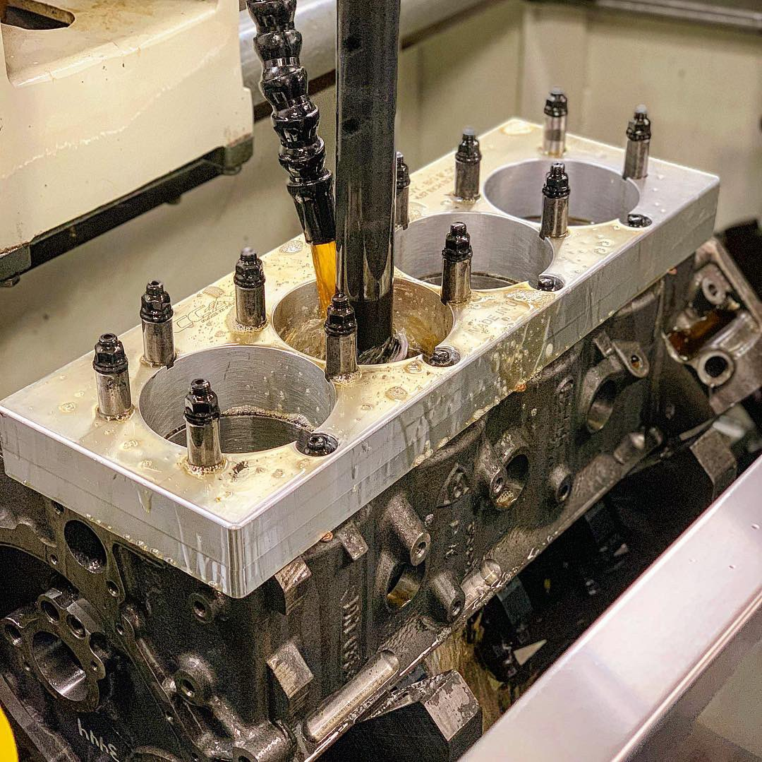 Honing those cylinders with the @sunnen SV-10 #panellaraceengines #panellaracing #enginebuilder #cylinderhone pic.twitter.com/CB43SBqHJe