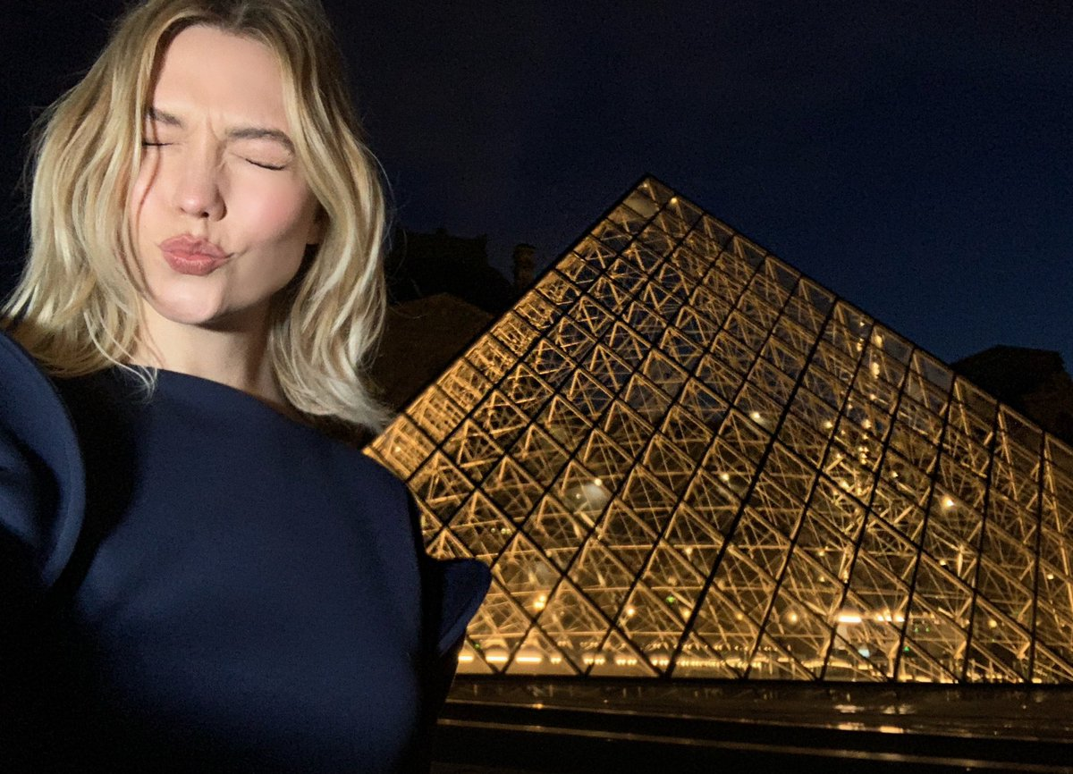 c61310af2658 Kissing  a href   s Paris    u