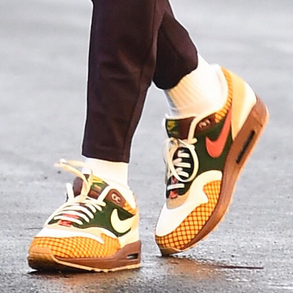 37c5ebcab98e Kevin Durant in the Nike Air Max 1 x Laika Missing Link ahead of tonight s  action!  NBAKicks