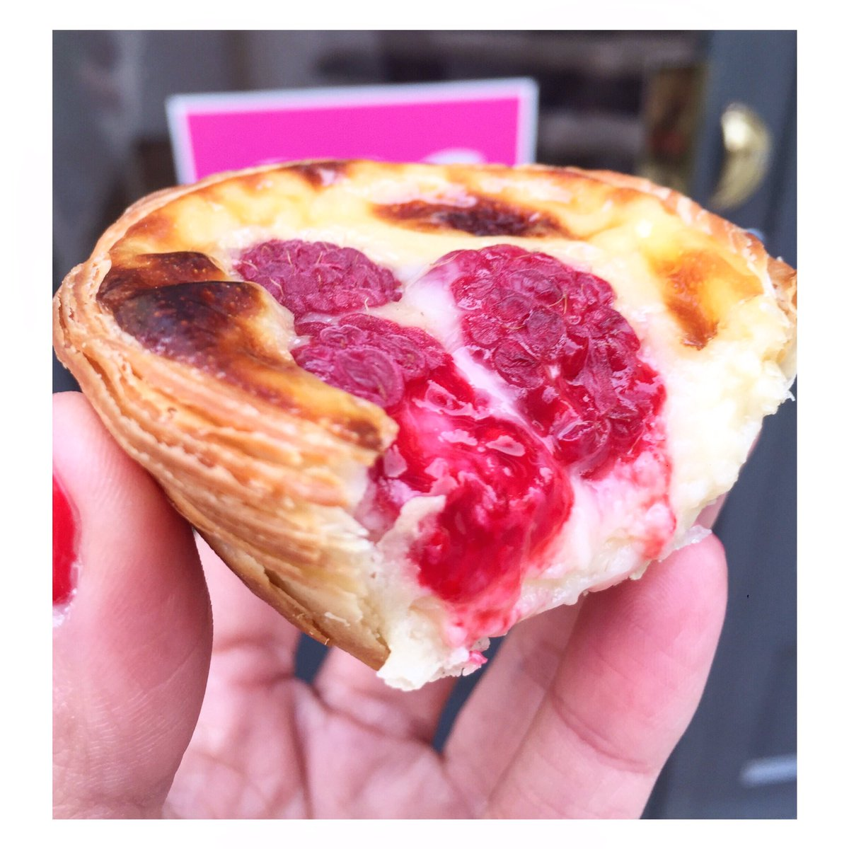 We can't get enough of the raspberry nata! The crispy dough, fresh fruit and succulent cream 🤤 is quite the perfection! #perfect #friday #pasteldenata #pasteisdenata #raspberry #bomdia #goodmorning #love #hammersmith #southkensington #soho #espresso #coffee #cafe #masterchef